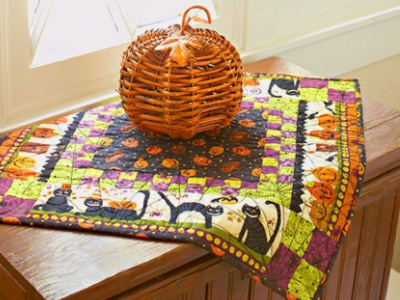 halloween-table-topper-with-black-cats